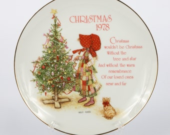 """1978 HOLLIE HOBBIE Christmas Plate, Near MINT, 8"""" Diameter, Calico Bonneted Girl, Old Fashion Tree w Orange Kitty, Red Green Yellow"""
