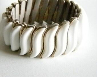 Old White Curvy Lucite Stretch Bracelet