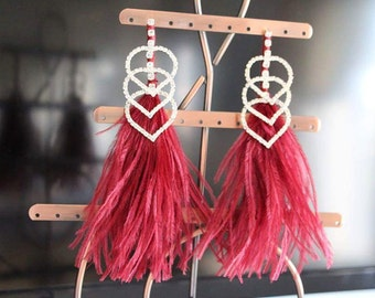 Earring made of bugundy feathers and strass
