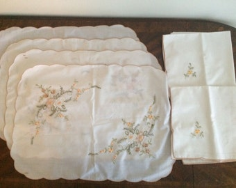 Vintage Hand Embroidered Placemates w/ matching Napkins Set of 4