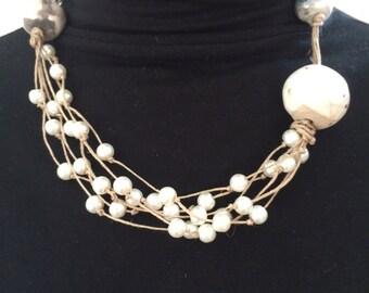 Collier bohème en fil de lin , perles en céramique et perles nacrées (2)