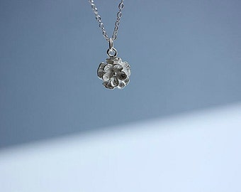 Silver Flower necklace  - Flower necklace in Sterling Silver - Simple Dainty Everyday necklace  - Floral necklace