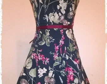 Summer dress type years 50/vintage cotton with floral design and concealed zip fastening at back. Satin strap with buckle closure