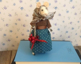 Needle Felted Little Lady Mouse with a basket of apples 18cm