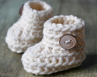 "Crochet PATTERN for beginners - Bulky Baby Booties. Quick and easy. Size 0-3 months (3""). Written in standard US terms."
