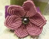 Anello regolabile con fiore realizzato a mano con tecnica del macrame