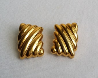 Vintage Gold Tone Clip On Ribbed Earrings.