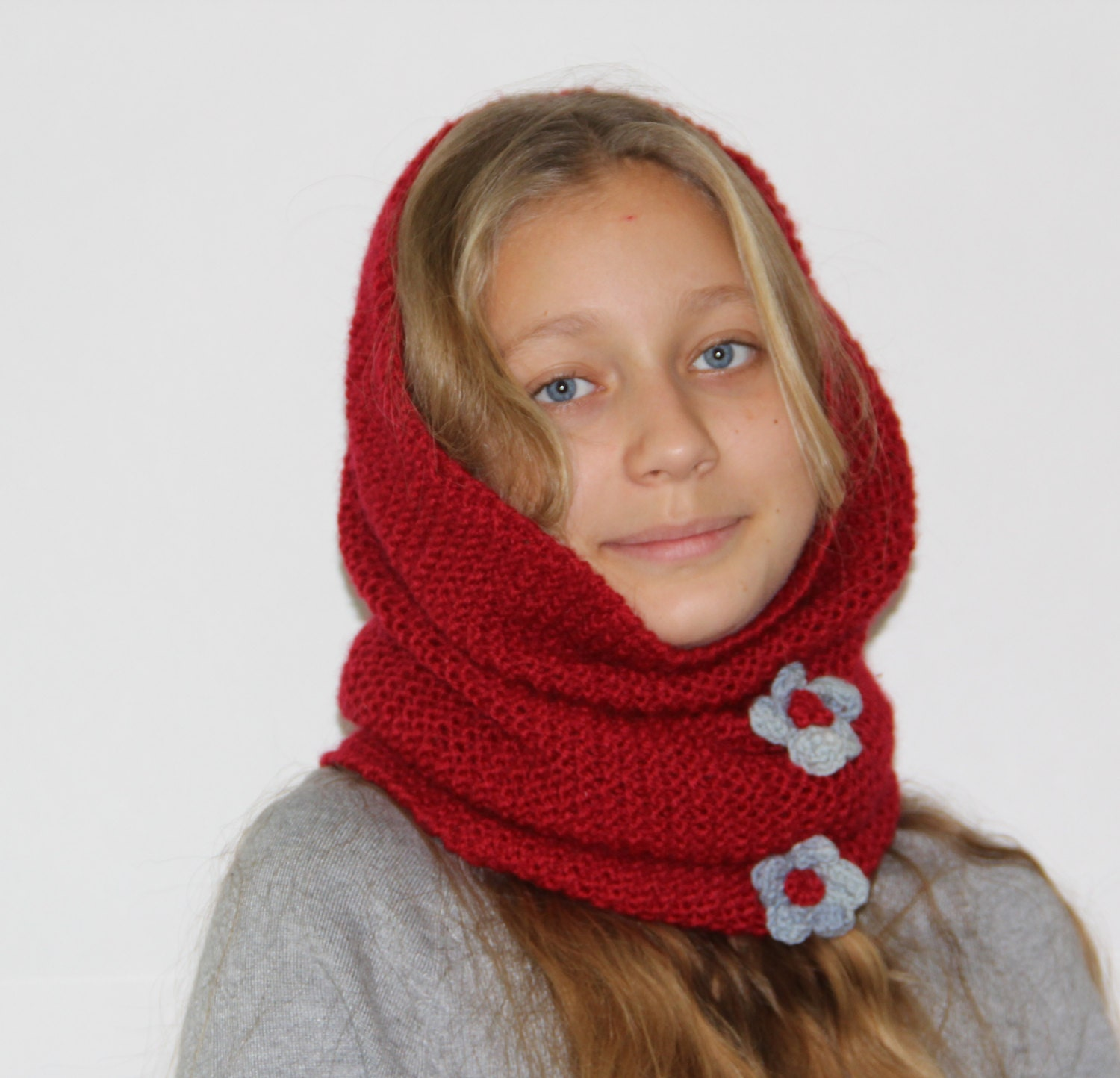 In terms of fashion trends, a snood scarf is a tubular scarf quite different from other scarves. Earlier ladies used to wear snood to cover the hair in style.