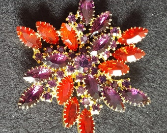 Striking prong-set brooch, excellent vintage condition, radiant glass stones