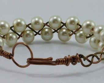Eggshell white pearlized bead bracelet