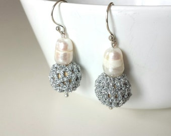 Pearl earrings, earrings with river pearl amb crochet, silver color earrings, wedding earrings, brides earrings, bridesmaid earrings