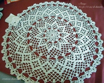 Round doily crocheted white wire with delicate motifs, 21.5 (55 cm) diameter