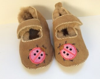 Shoes for baby sheep returned, over beige Sweden, embroidery pink ladybugs, size 0-6 months
