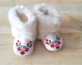 Vintage white furry baby booties/Baby shoes/ Girls shoes/Felt booties