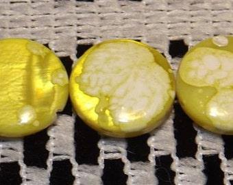 15 shell beads, round flat, yellow and white, 12.5mm