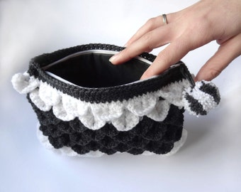 """Pocket """"Lainécaille"""" with pompon, white and black."""