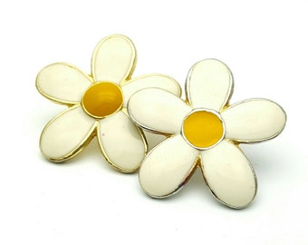 White and Yellow Daisy Earrings Vintage Flower Shaped Gold Tone Hippie 1970