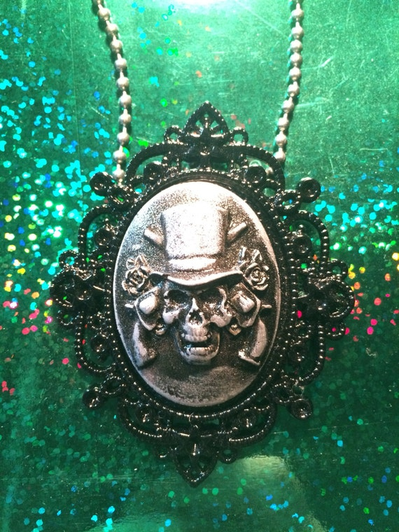 Skull with guns and roses cameo pendant