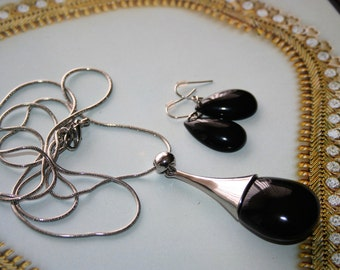 Beautiful  necklace and earrings Set  so infashion and very  elegant