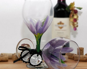 Hibiscus, hawiian flower, tropical flower, painted wine glass, flower wine glass, tropical decor, hawiian wedding, purple, luau party
