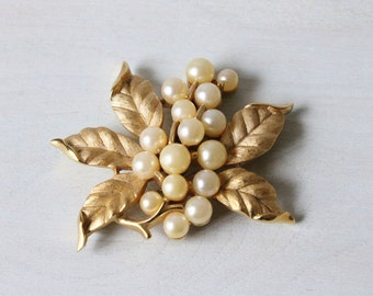 Pearl and Leaf Brooch / Gold Pearl Pin / Leaf Pin / Trifari Costume Jewelry