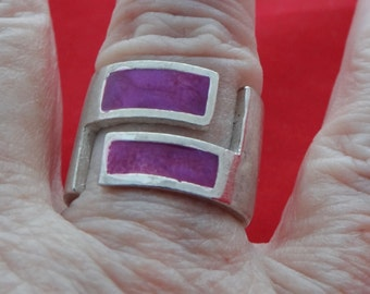 Vintage NOS new old stock silver tone size 7 ring with fuschia enameling in unworn condition
