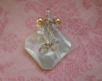 Beautiful vintage silver plated wire wrap mother of pearl button pendent. Lot of 1 pendent.