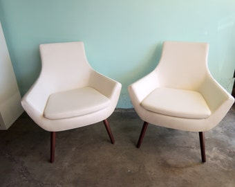 MID CENTURY MODERN Style Pair of White Vinyl Lounge Chairs (Los Angeles)