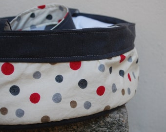 Round cake carrier with polka dots, lined pie carrier