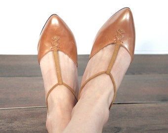 Vintage 1950s Heels // 50s 60s Coppery Tan De Liso Debs Leather and Suede T-Strap Heels // Stitched Toe Detail // DIVINE