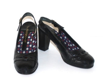 1970s Black Patent Leather PLATFORM Pumps . Vintage 70s FLORSHEIM Dress Shoes with Black Heels . Size 7 1/2