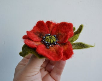 Wool Felted Flower Red Poppy Brooch with Green Leaves, Wet Felted Brooch, Hand felted Brooch Opium Poppy, Poppy Pin Brooch, Flower Felt Pin
