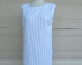 ON SALE Vintage 70s Pleated Shift Dress . White Sheath Dress . Large