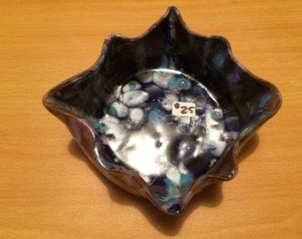 Decorative pottery bowl