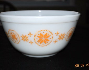 Pyrex 1 1/2 Quart Mixing Bowl In The Town and Country Pattern