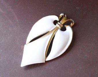 Modernist Direction One Pendant, 1970s Trifari Style, White Enamel and Gold Tone