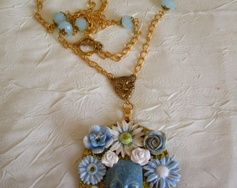 """Ravissant collier avec pendentif en bois et céramique """"Un visage entouré de fleurs"""""""