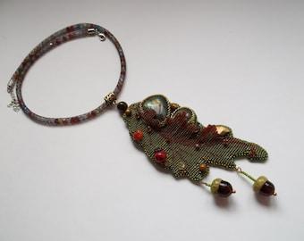 Oak leaf bead embroidery loom pendant. Labradorite lamowork beadwork pendant. Handmade beadwork necklace