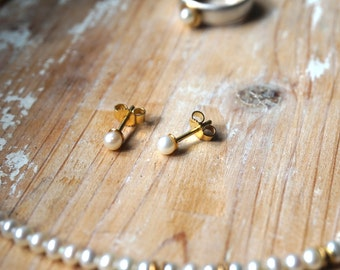Cute, small Pearl ear studs with 18 ct gold