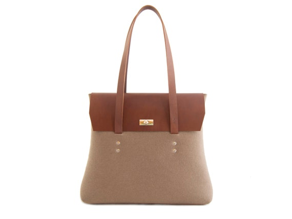 Felt and leather LARGE FLAP BAG / taupe and brown / elegant bag / shoulder bag / leather straps / tote bag / 100% wool felt / made in Italy