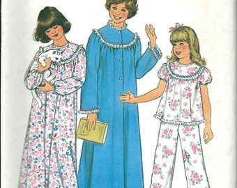Girls and Chubbies Nightgown Pajamas and Robe Pattern Simplicity 8127 L & XL UC