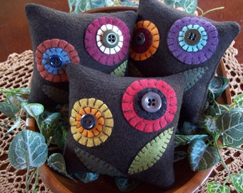 Penny Rug Flowers Bowl Filler Pillow Tucks