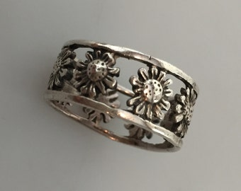 Vintage Ring SILVER DAISY Ring FRIENDSHIP Band Openwork Silver Ring Sunflower Motif Silver Band Sterling Silver 1960s Vintage