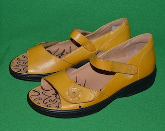 Vintage PORTOFINO Spain Women Mustard Sandals Soft Leather