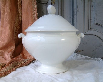 Antique Paris porcelain soup tureen with cover. White porcelain tureen. French white tureen. Covered serving dish. French shabby chic.