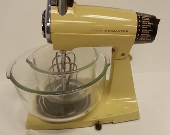 Free Shipping!! Sunbeam Mixmaster 12 Speed Mixer With Fire King Bowls and Beaters WORKS Model 1-7A