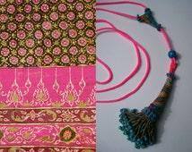Handgemaakte ketting van neon roze gecombineerd met antiek kwastje Kuchi (nomaden)