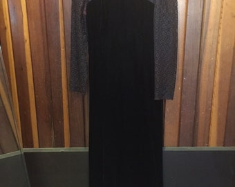 1990S 'MORTICIA GOMEZ' // Velvet & Lace Long Sleeve Black Dress