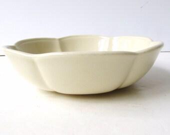 Vintage McCoy Bowl - Linen White - Scalloped Sides - 7528 - Made in the USA - Fruit Bowl - Salad Bowl - Serving Bowl - Cottage Chic -