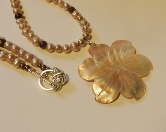 Classic Mother of Pearl Flower  Necklace V4614